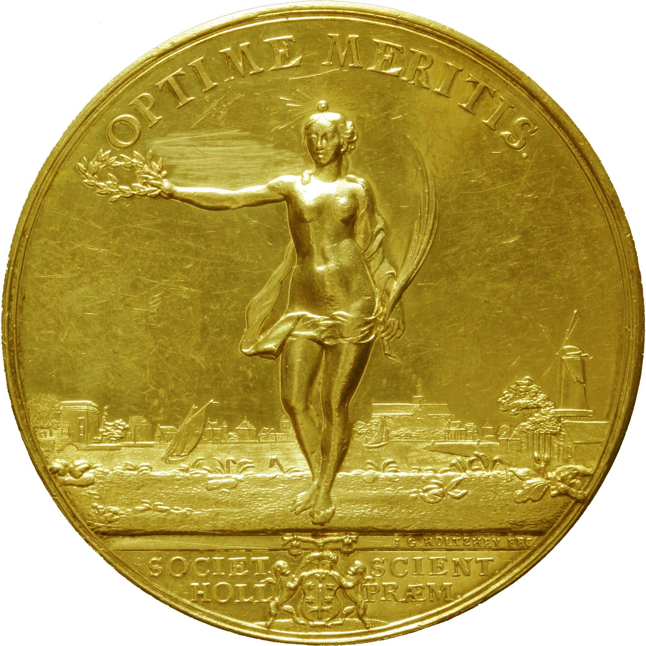 De originele gouden prijsvraagmedaille, naar een ontwerp van J.G. Holtzhey uit 1752, met op de achtergrond een prachtig stadsbeeld van Haarlem.